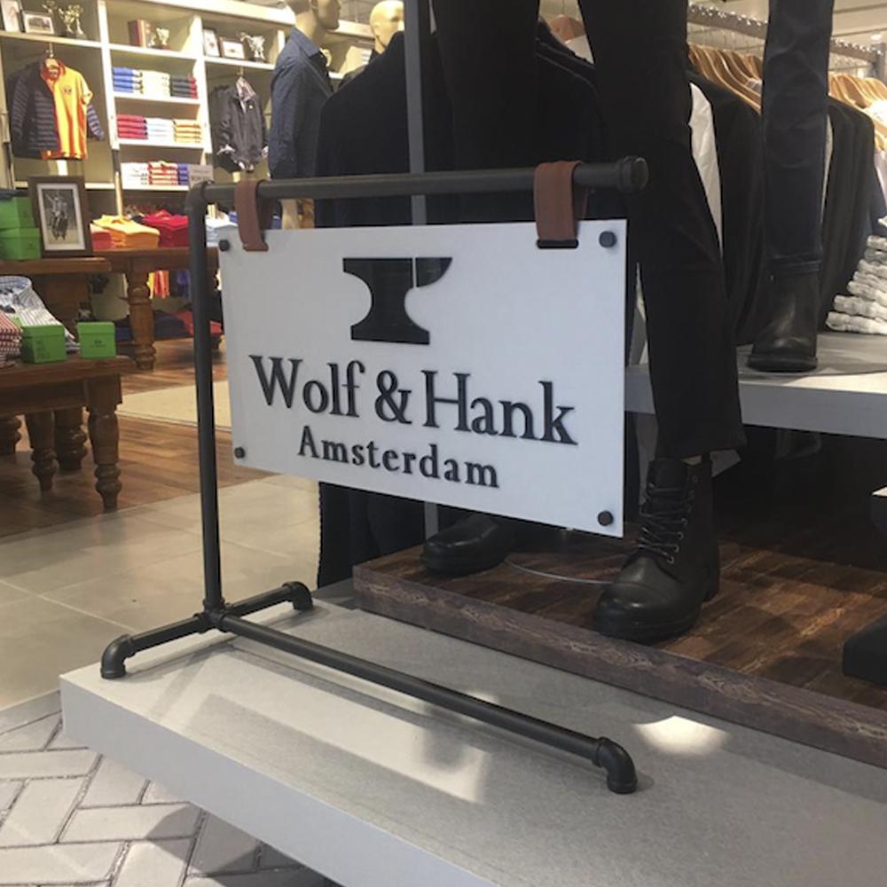 Campaña wolf and hank letrero